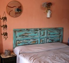 Western Headboard, Beach Headboard, Bed Headboard Wood, Brown Headboard, Headboard From Old Door, Headboards For Beds, Cama Vintage, Azul Vintage, Vintage Style