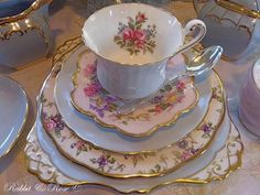 Love the layering - china tea cup, plates ❤ Vintage Cups, Vintage Dishes, Vintage China, Vintage Tea, Vintage Table, Wedding Vintage, Teapots And Cups, Teacups, China Tea Cups