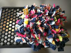 image Does your dog rush through eating? Does your dog need a puzzle? Consider making a DIY snuffle mat for dogs! Check out the list and share to fellow dog-lovers! Diy Dog Toys, Pet Toys, Animal Projects, Animal Crafts, Diy Projects For Dog Lovers, Dog Enrichment, Dog Fleece, Dog Activities, Elderly Activities