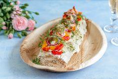 Loimulohirullakakku on tyylikäs ja superherkullinen voileipäkakku, joka valmistuu nopeasti ja vähistä raaka-aineista. Voit nauttia sen juhlan sijaan myös vaikka iltapalana. Täytteissä voit käyttää mielikuvitusta. World Recipes, Fresh Rolls, Hummus, Menu, Mexican, Health, Ethnic Recipes, Food, Red Peppers