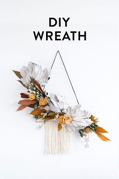 DIY Modern Wreath Tutorial from I love that they combined leather cord, brass, twine and dried flowers into the look. So many gorgeous pics in this post to draw inspo from! Thanksgiving Decorations, Christmas Decorations, Holiday Decor, Diy Thanksgiving, Modern Wreath, Creation Deco, Idee Diy, Noel Christmas, Diy Wreath