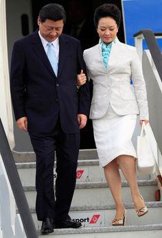习近平携夫人彭丽媛抵达坦桑尼亚