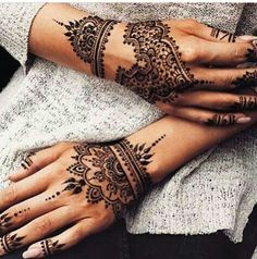You HAVE to see these Minimal new mehndi design ideas for this wedding season! Party the mehndi party away with these back of the hand henna ideas! Henna Tattoo Hand, Henna Tattoo Designs, Henna Tattoos, Henna Body Art, New Mehndi Designs, Mehandi Designs, Horse Tattoos, Anklet Designs, Indian Tattoos