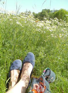 """Claudia Klages (Referentin für Numismatik) schreibt: """"Die Schuhe für ein Picknick im Grünen in der Eifel"""""""
