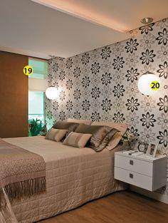 Na parede, tinta com textura de camurça (Suvinil, cód. E168). 20. Globos com lâmpada do tipo PL, leds embutidos no requadro de gesso acima da cama e minidicroicas no teto servem para leitura, ver TV e usar o laptop. Luminárias da Star Light.