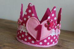 """Verjaardagskroon """"Skye"""" Birthday Badge, Birthday Crowns, Crown For Kids, Felt Crown, Crafts For Kids, Diy Crafts, Felt Diy, Cake Smash, Handmade Toys"""