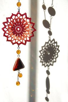 Beautiful Sun necklace,and there's a free crochet pattern! Bead Crochet, Cute Crochet, Crochet Motif, Crochet Crafts, Crochet Doilies, Crochet Flowers, Crochet Projects, Crochet Earrings, Flower Earrings