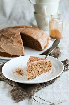 Tämä kanelikakku on alun perin Vegaanin keittiössä -kirjasta. Se sopii niin mainiosti sekä vappupiknikille että äitienpäivän kahvipöytään, joten julkaisen reseptin nyt uudelleen.   Tämä kakku päätyi k