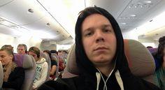 Ein Kapuzenpulli ist auf langen Flugreisen dein bester Freund. Digital, Airline Travel