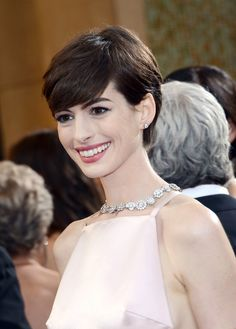 Anne Hathaway Photos - Actress Anne Hathaway arrives at the Oscars at Hollywood & Highland Center on February 2013 in Hollywood, California. - Red Carpet Arrivals at the Oscars Anne Hathaway Pixie, Anne Hathaway Photos, Girls Haircuts Medium, Girl Haircuts, Lily Collins, Merryl Streep, Anne Hattaway, Red Carpet Hair, Medium Hair Cuts