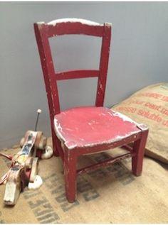 Cette petite chaise provient d'une école maternelle et sa patine d'usage est unique. Elle est bien stable et en parfait état. Elle fera la joie des petits car ses proportions sont parfaites , mais surtout, elle a tellement de charme ! L. 31 cm   l. 27 cm   H. assise: 23 cm   H. totale 57 cm