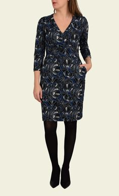 Deze Teddy Dress heeft bloemenprint en is gemaakt van een rekbare reliëfstof. Het bovenstuk zit door de tailleband en coupenaden mooi aangesloten, de rok loopt recht naar beneden. Combineer deze jurk met een cardigan in donkerblauw, crème of zwart.