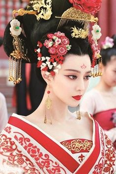 "Chinese Royal Consort's costumes and make-up during Tang Dynasty from Chinese drama "" the Empress of China"""
