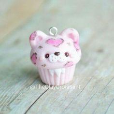 A pink leopard cupcake diy Fimo Kawaii, Polymer Clay Kawaii, Kawaii Crafts, Fimo Clay, Polymer Clay Projects, Polymer Clay Charms, Clay Crafts, Polymer Clay Miniatures, Polymer Clay Creations