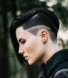 coupe de cheveux femme cheveux rasés d un coté avec la frange longue de coté