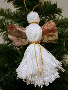 Easy Angel Crafts - Yarn Angel - White with golden ribbon and gold yarn Homemade Christmas Presents, Christmas Presents For Girls, Christmas Angels, Christmas Crafts, Christmas Ornaments, Christmas Ideas, Snowflake Craft, Snowflake Designs, Diy Angels