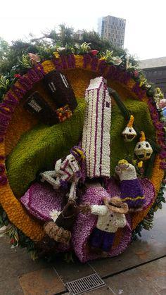 Soy innovador sin perder mi tradición, es lo q se lee al borde de la silleta. Medellin, feria de flores 2013.