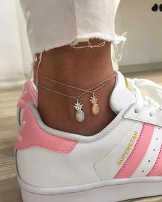 48 Charming Ankle Bracelet Designs Ideas For Women To Try Wearing ankle bracelets is simply an expression of the wearers personality. Anklet bracelets can be worn by any woman. Cute Jewelry, Jewelry Accessories, Fashion Accessories, Fashion Jewelry, Jewelry Shop, Gold Jewelry, Teen Girl Fashion, Tomboy Fashion, Womens Fashion