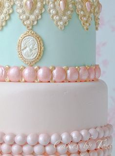 Heavenly cake...love the colours and pearlesant glow