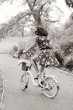 Bike RIde, This is what i want my summer to be. Riding a vintage bike in a sun dress Look Vintage, Vintage Mode, Vintage Beauty, Retro Vintage, Vintage Romance, Retro Chic, Vintage Floral, Foto Fashion, 1940s Fashion