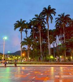 Anochecer en Plaza Río Caribe, Sucre, Venezuela