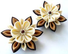 Kanzashi Fabric Flowers. Set of 2 hair clips. Ivory and por JuLVa