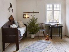 Hallen på ovanvåningen är gammaldags inredd med utdragssoffa och gamla trämöbler. En gran i spann sprider härlig julstämning. Adventsljusstake från Svenljunga, Startrading.