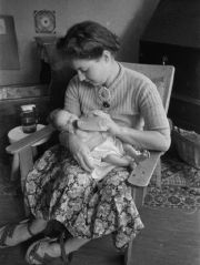 1943 Pauline van Waasdijk with her Jewish 'hidden' baby Marijke whose real name was Ruth. The Germans kept all the children ready for deportation in the crèche. Pauline van Waasdijk and Hester van Lennep  saved about 80 children.