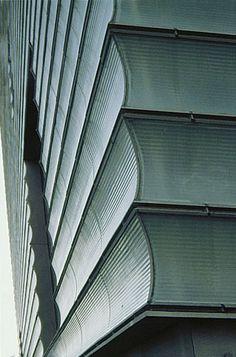 Kursaal Culture Center -Rafael Moneo San Sebastian - Donostia, Spain (1999) La forme arrondi des lattes capte efficacement la lumière