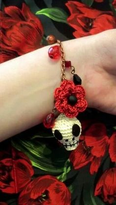 Free crochet pattern: Skull and flower bracelet by Liz Ward, perfect for Halloween @ Inside Crochet Love Crochet, Crochet Gifts, Crochet Flowers, Knit Crochet, Crochet Skull Patterns, Halloween Crochet Patterns, Knitting Patterns, Crochet Bracelet, Crochet Earrings