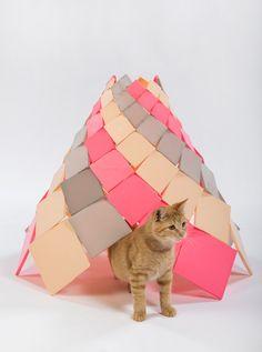 【ねこ 貓 CAT】 スタイリッシュ☆有名建築家たちが「猫ハウス」を作るとこうなる! | TABI LABO                  DSH// architectureの「Spiral Kitty」。3Dプリンターで作られていて、夜になるとブルーに光るんだそう。