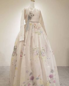 Korean Traditional Dress, Traditional Fashion, Traditional Dresses, Korean Fashion Trends, Asian Fashion, Hanbok Wedding, Korea Dress, Mode Kimono, Modern Hanbok