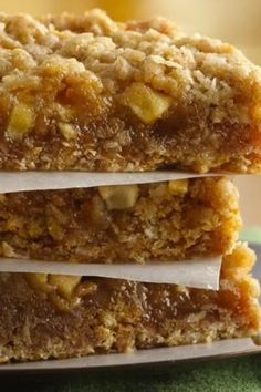 This quick-and-easy apple bar recipe (one of our most-Pinned bars) has hundreds… Apple Desserts, Apple Recipes, Easy Desserts, Sweet Recipes, Cookie Recipes, Delicious Desserts, Dessert Recipes, Bar Recipes, Picnic Recipes