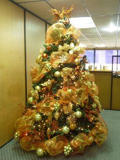 Arbol de Navidad con decoración en tonos dorados.