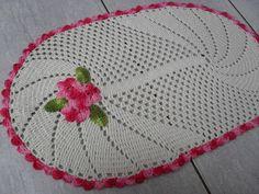 Tapete oval confeccionado com barbante crú nº6 e barbante Barroco rosa e verde multicolor. R$ 45,00