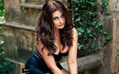 Lisa Ray is one of the widely known and one of the top Model and Indian movie actress. She has even made herself as being one of the famous faces within the Bollywood. Lisa Ray, Indian Film Actress, Indian Actresses, Beauty Tips For Face, Beauty Hacks, Gq, New Wallpaper Hd, Wallpapers, Handsome Actors