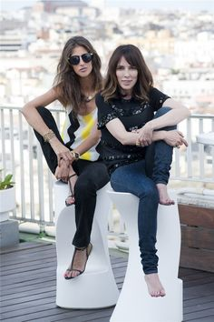 Teresa Helbig posa con Inés Domecq