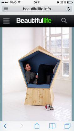 A poltrona de madeira quiet, da a sensaçao de ninho. Inspirada na idéia de liberdado de um ave. foi concebida pelo Stúdio Tilt como umugar pra ler, relaxar ou torar um Cochilo.