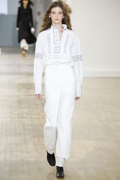 See all the Collection photos from Lemaire Spring/Summer 2016 Ready-To-Wear now on British Vogue Minimal Fashion, White Fashion, Love Fashion, Fashion Show, Fashion Looks, Fashion Design, Fashion Week Paris, Runway Fashion, Vogue Paris