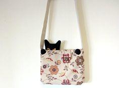 Wer ein hardcore-Katzenfan ist, nimmt seine Katze überall hin mit - und sei es in der Handtasche! :-) Hier lugt die Katze frech aus der Tasche heraus und scheint schon auf dem Sprung, diese zu...