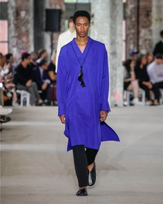 See all the Collection photos from Jil Sander Spring/Summer 2020 Menswear now on British Vogue Jil Sander, Fashion Show, Mens Fashion, Purple Sweater, Women Wear, Normcore, Vogue, Spring Summer, Style Inspiration