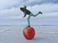 Altijd leuk om te spelen met perspectief... Salar de Uyuni, Bolivia Illusion Photography, Line Photography, Photography Lessons, Creative Photography, Amazing Photography, Forced Perspective Photography, Perspective Photos, Creative Pictures, Cool Pictures