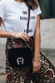 Nina Schwichtenberg trägt die Eigner Samt Pina Bag in weinrot zu ihrer gemusterten Culotte und Statement Shirt. Mehr auf www.fashiioncarpet.com