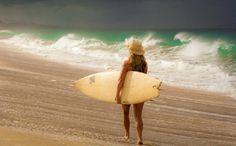 Bonheur simple : marcher le long de la plage, une planche à la main... Photo : Jay Graham
