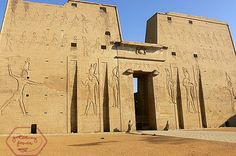 Ptolemaic temple of Edfu dedicated to the falcon god Horus. Temple, Tens Place, Old Egypt, Virtual Tour, Vacation Destinations, Continents, Les Oeuvres, Egyptian, Mount Rushmore
