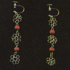 Pendientes en forma de flor  Unos sencillos pendientes de alambre pueden lograrse con pocos conocimientos y herramientas. Las variaciones de diseño son ilimitadas.  http://www.trucosymanualidades.com/