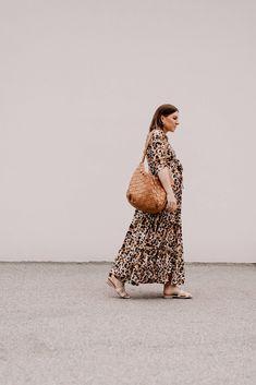 Produktempfehlungen. Am Modeblog findest du heute die schönsten Maxikleider für den Sommer plus passende Styling-Tipps on top! www.whoismocca.com Casual Chic Outfits, Outfits Tipps, Denim Jacke, Pregnancy Health, Love Fashion, Outfit Of The Day, Maternity, Mocca, Street Style