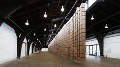 """Les installations sonores et hypnotiques de l'artiste contemporain suisse Zimoun font le tour du monde et cette nouvelle oeuvre intitulée """"435 prepared dc-"""
