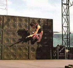 Edward Van Halen Running off stacks! Alex Van Halen, Eddie Van Halen, Music Pics, Music Photo, Heavy Rock, Heavy Metal, Rock N Roll, Van Halen 5150, Van Hagar