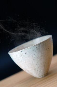 Des objets uniques, irréguliers, terreux, ombreux (Tanizaki !) - sans aucune couleur vive, mais dans le registre dominant des variations infinies de gris, de brin, de noir. Objets intimes (petits, compacts, paisibles, émotionnellement chaleureux), sans prétention, d'une simplicité qui aurait atteint l'état de grâce par une intelligence sobre, modeste du cœur. L'immatérialité parfaite est un idéal. Le bol est la métaphore du wabi-sabi, comme la boîte est la métaphore du modernisme.